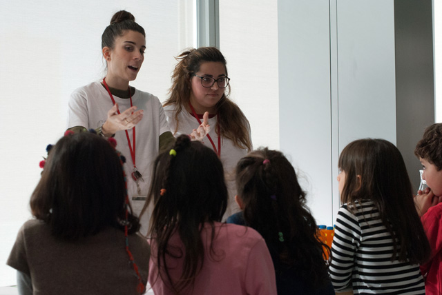 Carla and Natalia explaining how photosynthesis works to young kids at Madrid's Science week