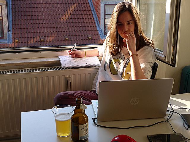 Abril 2020. Confinamiento productivo de Inés en Hamburgo, Alemania. ¡No hay mejor manera de teletrabajar! (Foto de Ulrike Shaz)