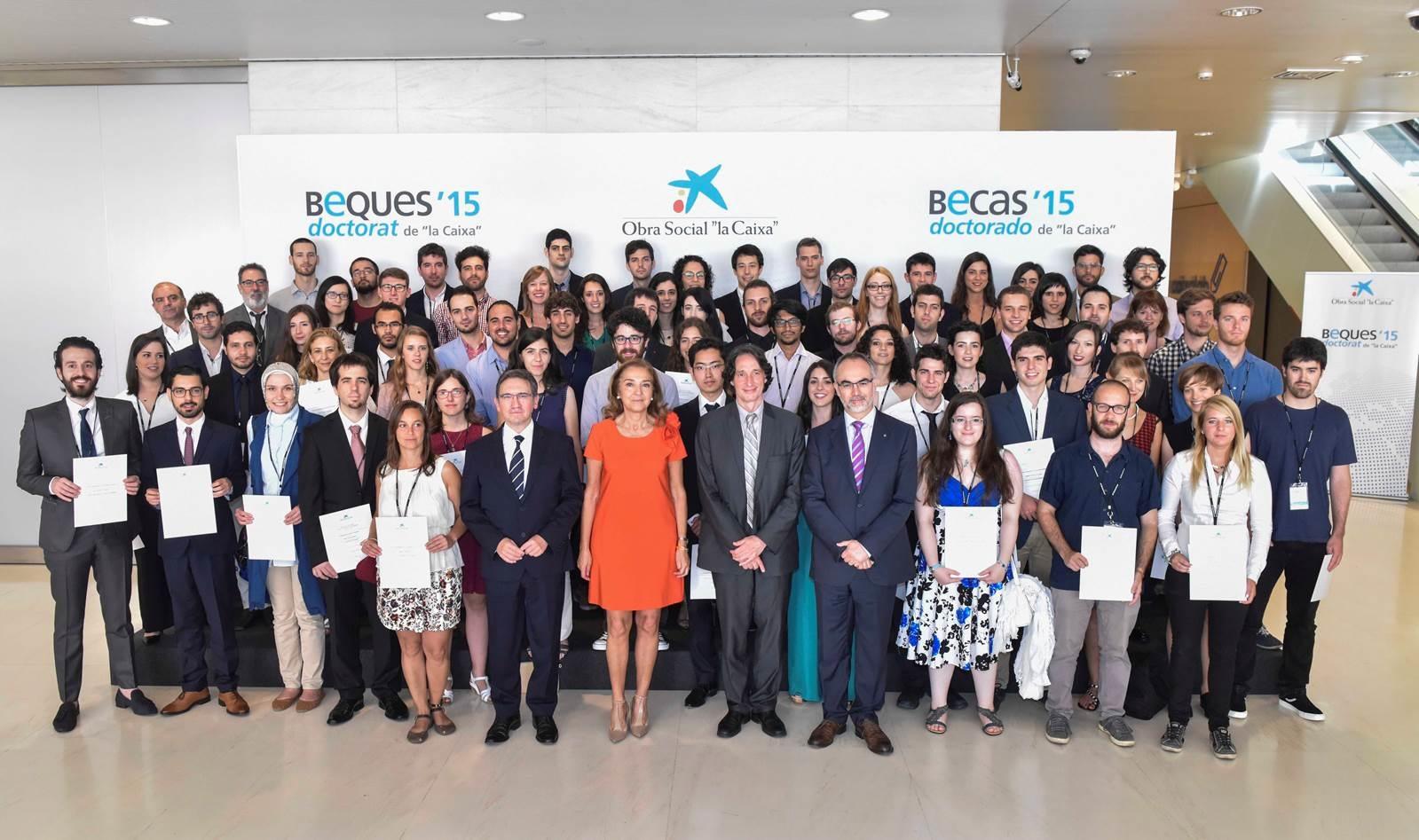"""Carmen Vela, y el director general de la Fundación Bancaria """"la Caixa"""", Jaume Giró, en la entrega de los diplomas acreditativos"""