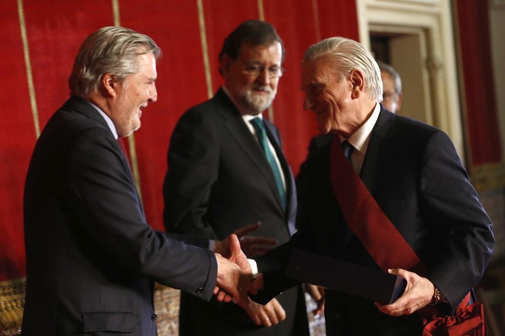 El ministro de Educación, Cultura y Deporte, Íñigo Méndez de Vigo, entrega la Cruz al Dr. Valentín Fuster en presencia de Mariano Rajoy