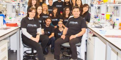Isabel Fariñas con su equipo de investigadores
