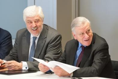 El Dr. Andrés Íñiguez, presidente de la SEC, y el Dr. Valentín Fuster, director general del CNIC, en un momento de la firma